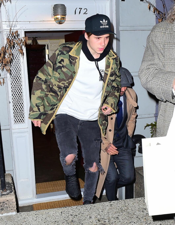 <strong>LÅNTE PAPPAS JAKKE?:</strong> Da Brooklyn Beckham forlot festen hos Anna Wintour sammen med pappa David, var 16-åringen iført samme jakke som faren hadde på seg tidligere samme dag. Foto: Splash News