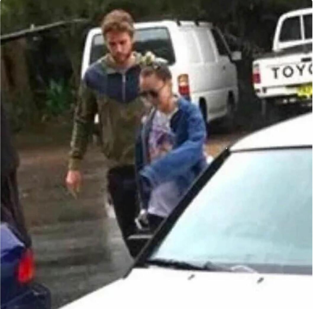 BILDEBEVIS: Her er Miley og Liam avbildet sammen i hans hjemland Australia like over nyttår. Foto: NTB Scanpix