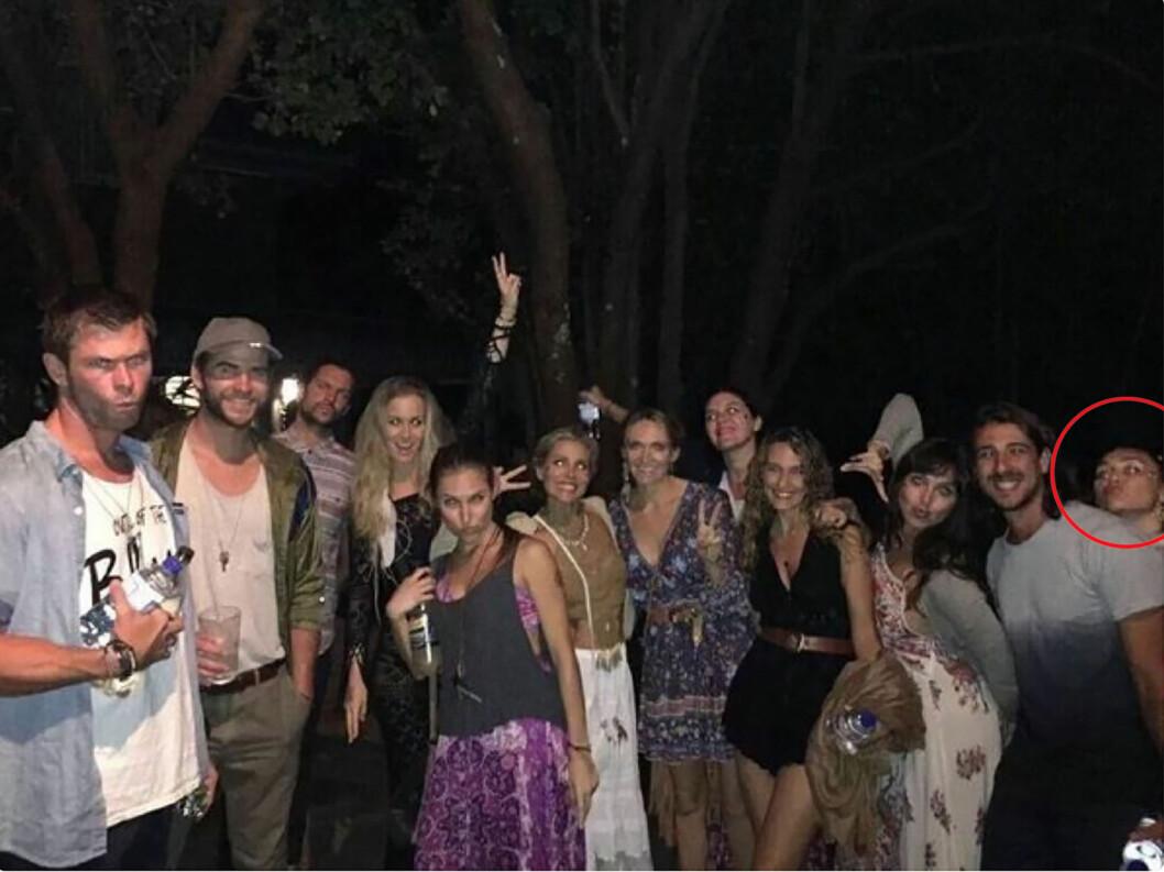 ROMANTISK PÅ FESTIVAL: Her er paret på musikkfestivalen Falls Festival i Byron Bay sammen med Liams bror Chris, hans kone Elsa og en rekke venner. Foto: NTB Scanpix