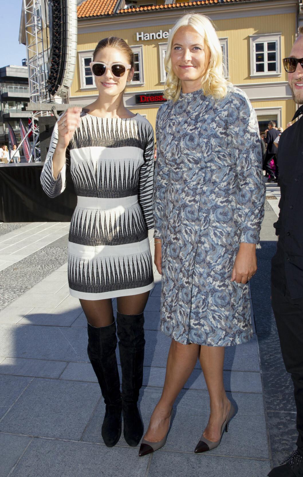 STILIG DUO: I forbindelse med Fretex sine gjenbruksdager i Fredrikstad høsten 2014, sydde Jenny Skavlan om flere av kjolene til kronprinsesse Mette-Marit.  Foto: Andreas Fadum