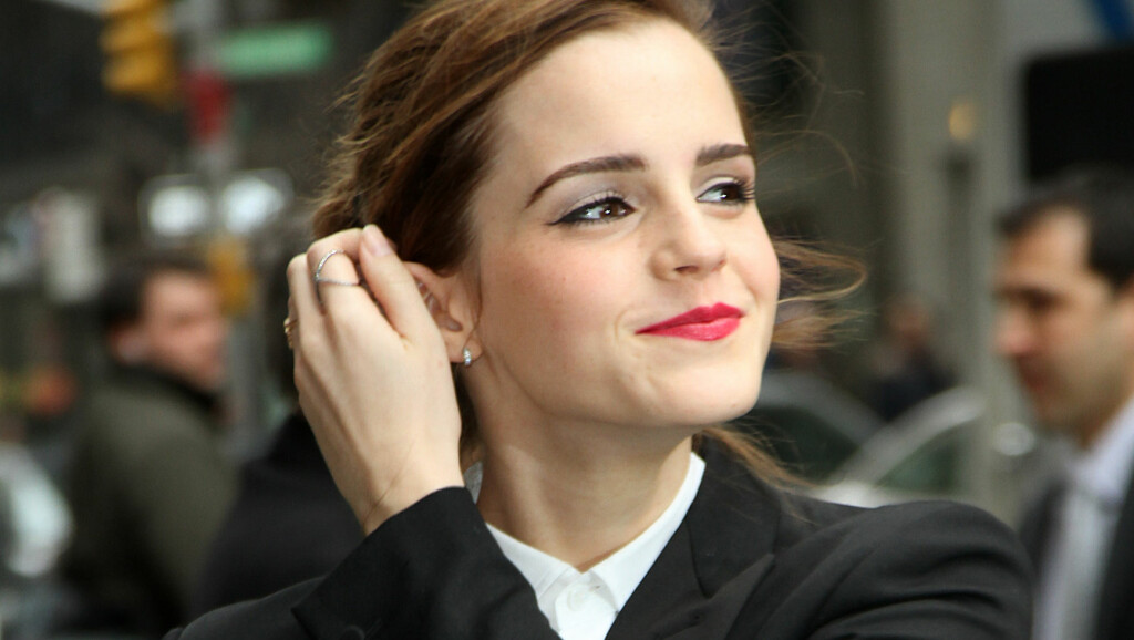 NYFORELSKET: Skuespiller Emma Watson har datet en ti år eldre amerikaner de siste månedene, skriver den britiske tabloidavisne The Sun. Her er Hollywood-stjernen fotografert på vei til «The Late Show with David Letterman» i New York i 2014.  Featuring: Emma Watson Where: New York City, United States When: 25 Mar 2014 Credit: HRC/WENN.com Foto: wenn.com