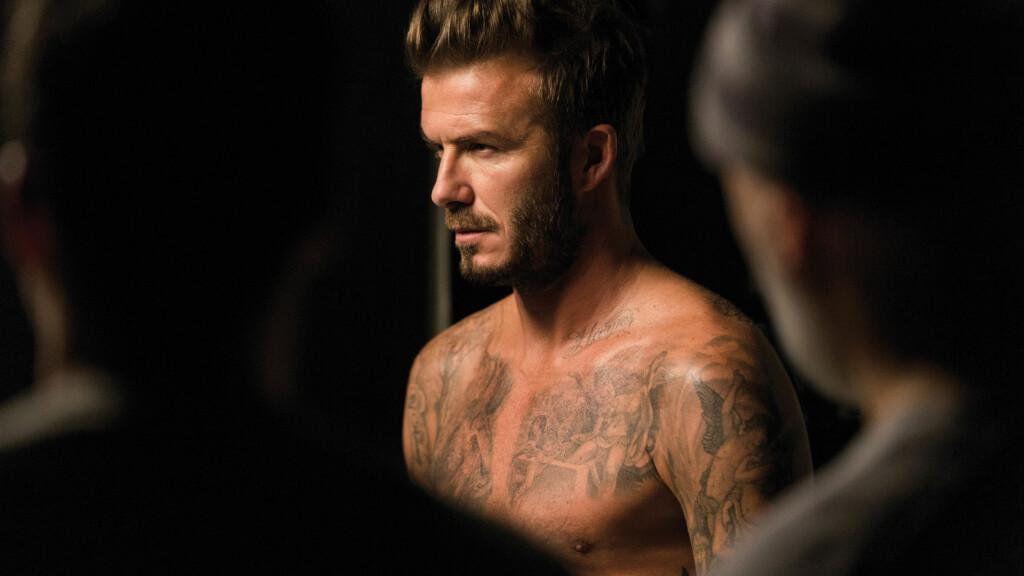 FLOTT MANN: David Beckham spiller nok en gang på sitt barske utseende når han skal promotere den nye parfymen sin, David Beckham Beyond, i en het reklamefilm.  Foto: Splash News