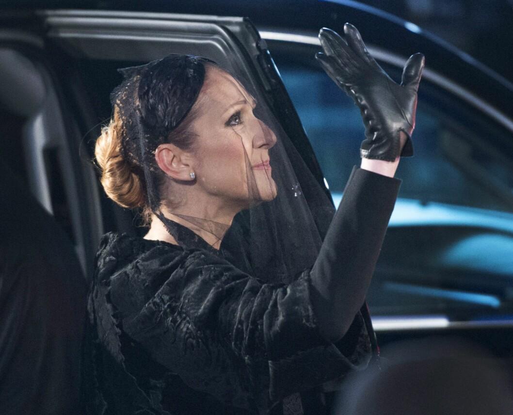 KNUST AV SORG: Céline Dion vinket farvel til sin store kjærlighet under begravelsen hans i Canada 22. januar.  Foto: Pa Photos