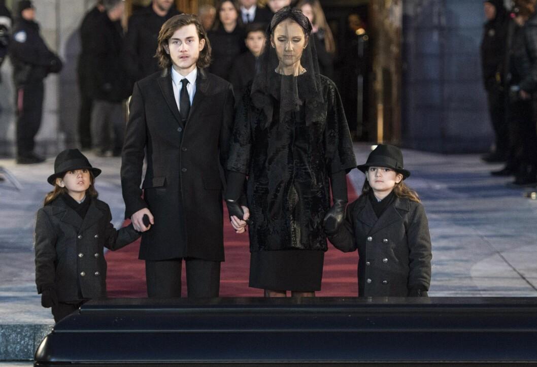 HOLDT SAMMEN I SORGEN: Celine Dion kom sammen med sønnene Eddy, Nelson og Rene-Charles i ektemannens begravelse.  Foto: Pa Photos