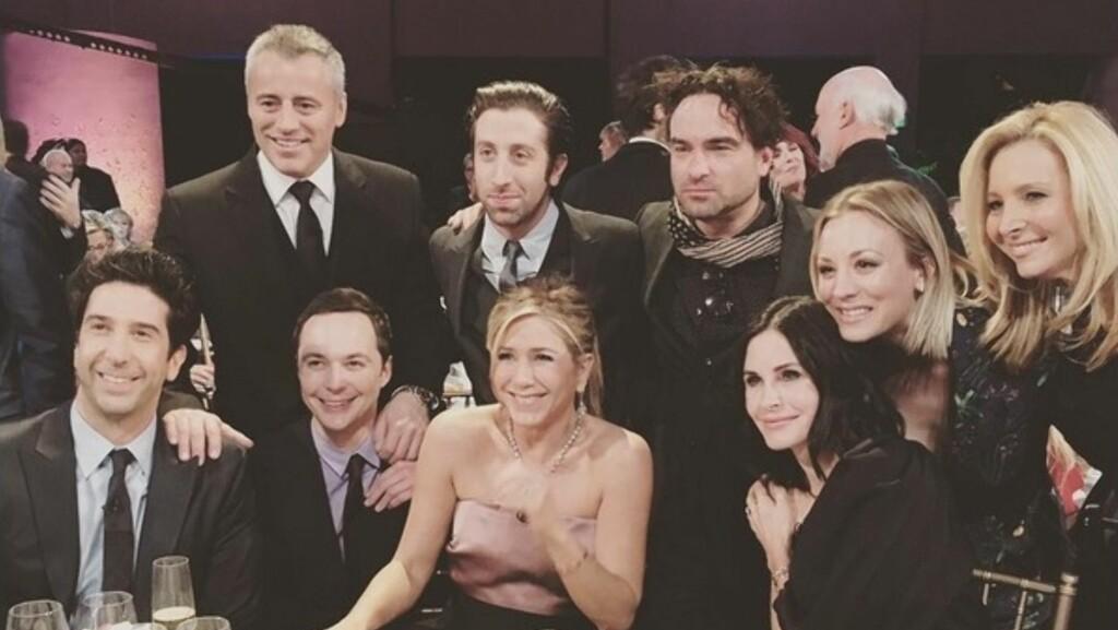 """GOD STEMNING: Søndag samlet """"Friends""""-stjernene og """"The Big Bang Theory""""-gjengen seg for å hedre James Burrows, som har regissert begge de populære TV-seriene. Foto: Instagram/Kaley Cuoco"""