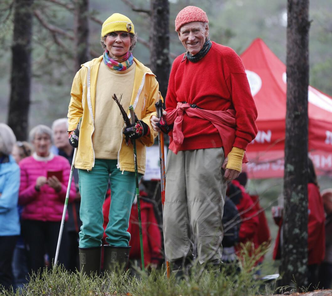 SPREK DUO: Olav Thon og samboer Sissel Berdal Haga holder seg i form sammen med turer i skog og mark. Her er de to under avdukingen av Oslos geografiske midtpunkt ved Nedre Blanksjø høsten 2014.  Foto: NTB scanpix