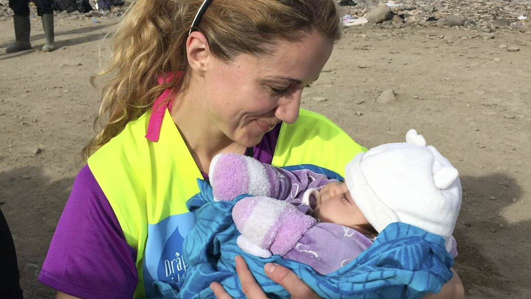 HJERTEVARME: - Lykke til på ferden, ønsker hjertegode May Lisbeth Midtgård Myrvang den syv måneder gamle jenta, nå på flukt kledd i trebarnmorens egne babyklær. Foto: Se og Hør