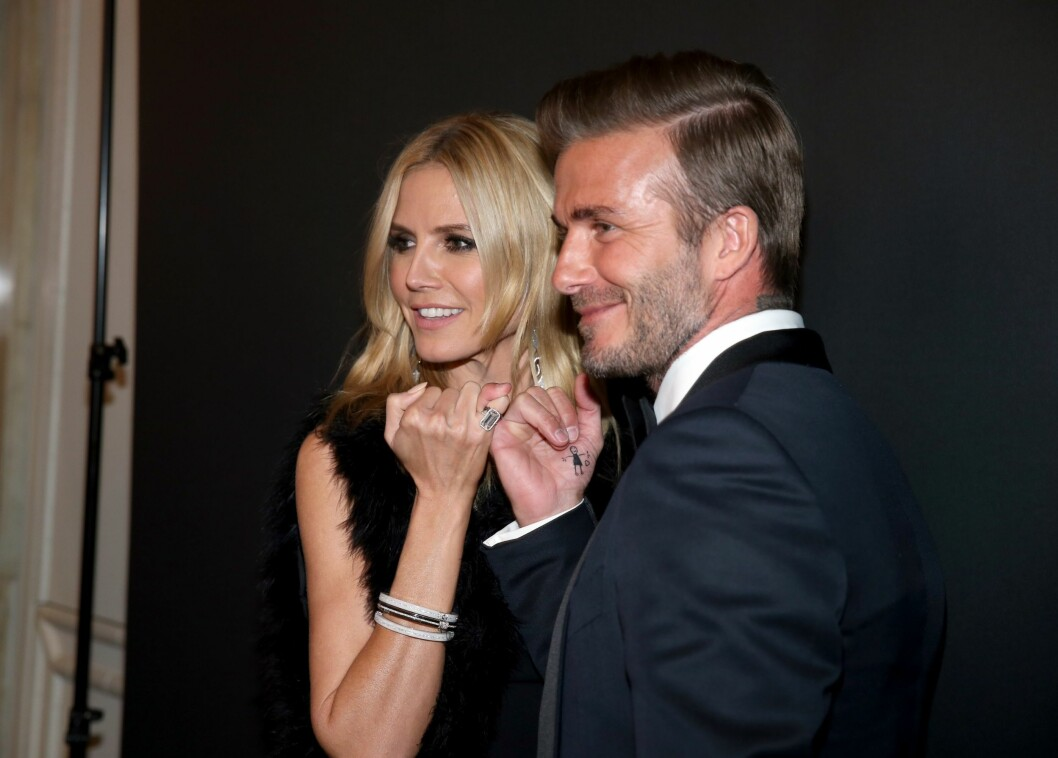 SAMMEN FOR VELDEDIGHET: Supermodell Heidi Klum tok en lillefingerhilsen med hedersgjest David Beckham på gallaen. Gesten er et symbol på et løfte om å hjelpe barn i nød. Foto: Afp