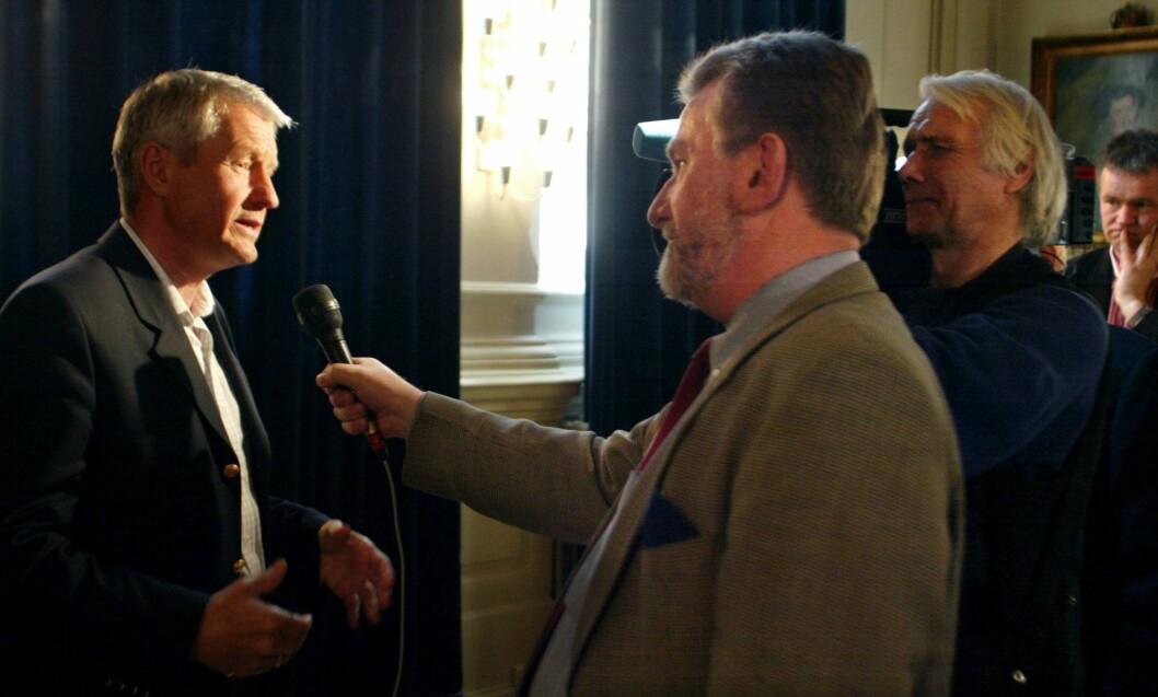 NRK-PROFIL: Hans-Wilhelm Steinfeld var en anerkjent journalist. Her intervjuet han politiker Thorbjørn Jagland i 2004.  Foto: NTB scanpix