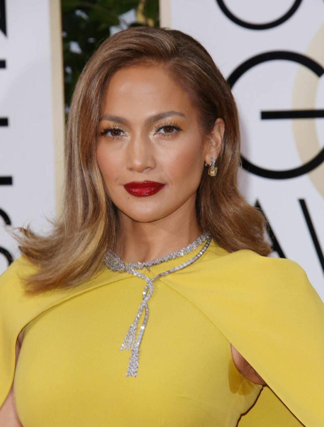 UHELDIG: Ifølge UsWeekly var Jennifer Lopez smykket med 200 karat Harry Winston-diamanter på Golden Globe-løperen. Likevel var det nok mange som la merke til svetteringene hennes. Foto: Rex Features
