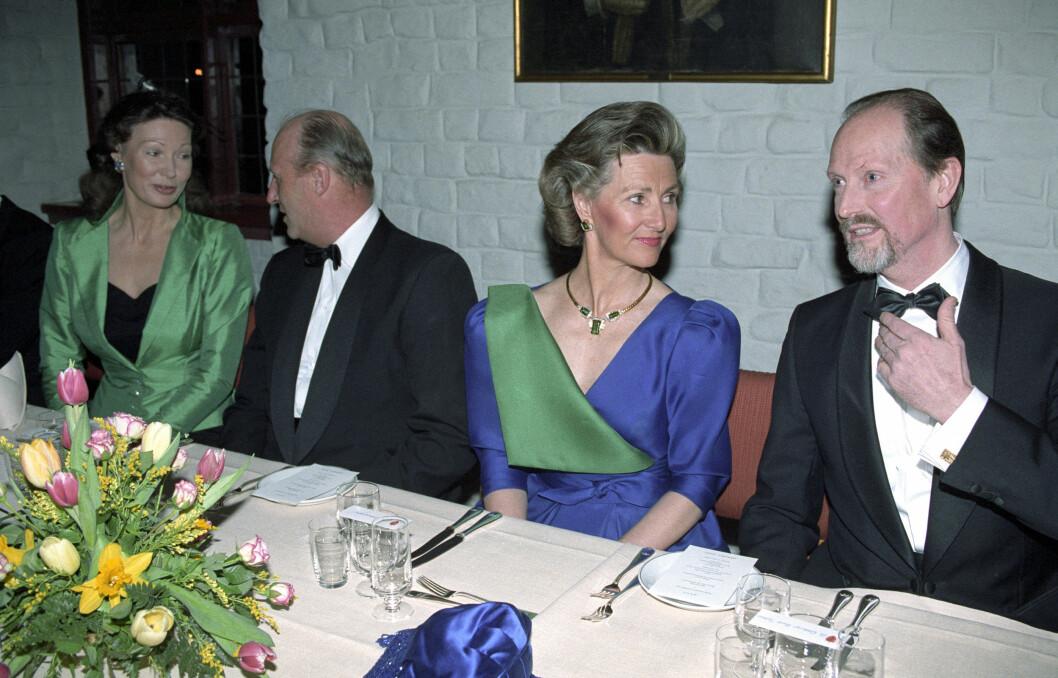 I ROJALT SELSKAP: Daværende kulturminister Åse Kleveland i samtale med kong Harald under gallamiddagen i anledning Holmenkollens 100-årsjubileum våren 1992. Oddvar Bull Tuhus i samtale med dronning Sonja.  Foto: NTB scanpix