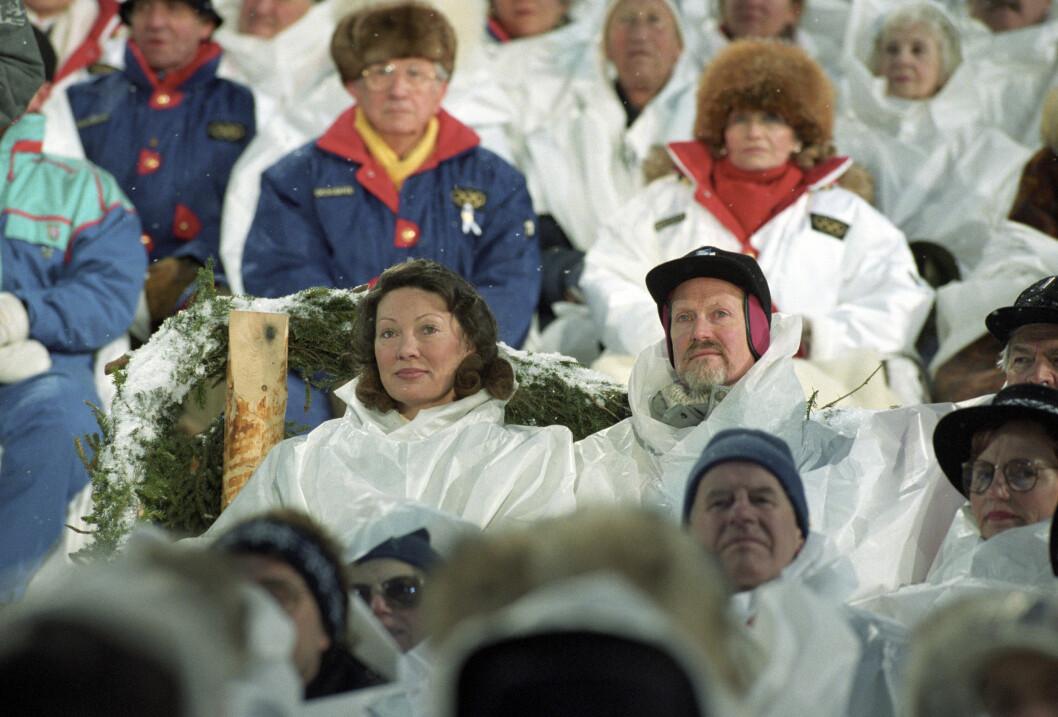 TOK OL-FLOKA?: Under Vinter-OL på Lillehammer i 1994 var Åse Kleveland kultursjef for de olympiske vinterlekene. Her er hun og Oddvar Bull Tuhus sammen på åpningsseremonien.  Foto: NTB scanpix