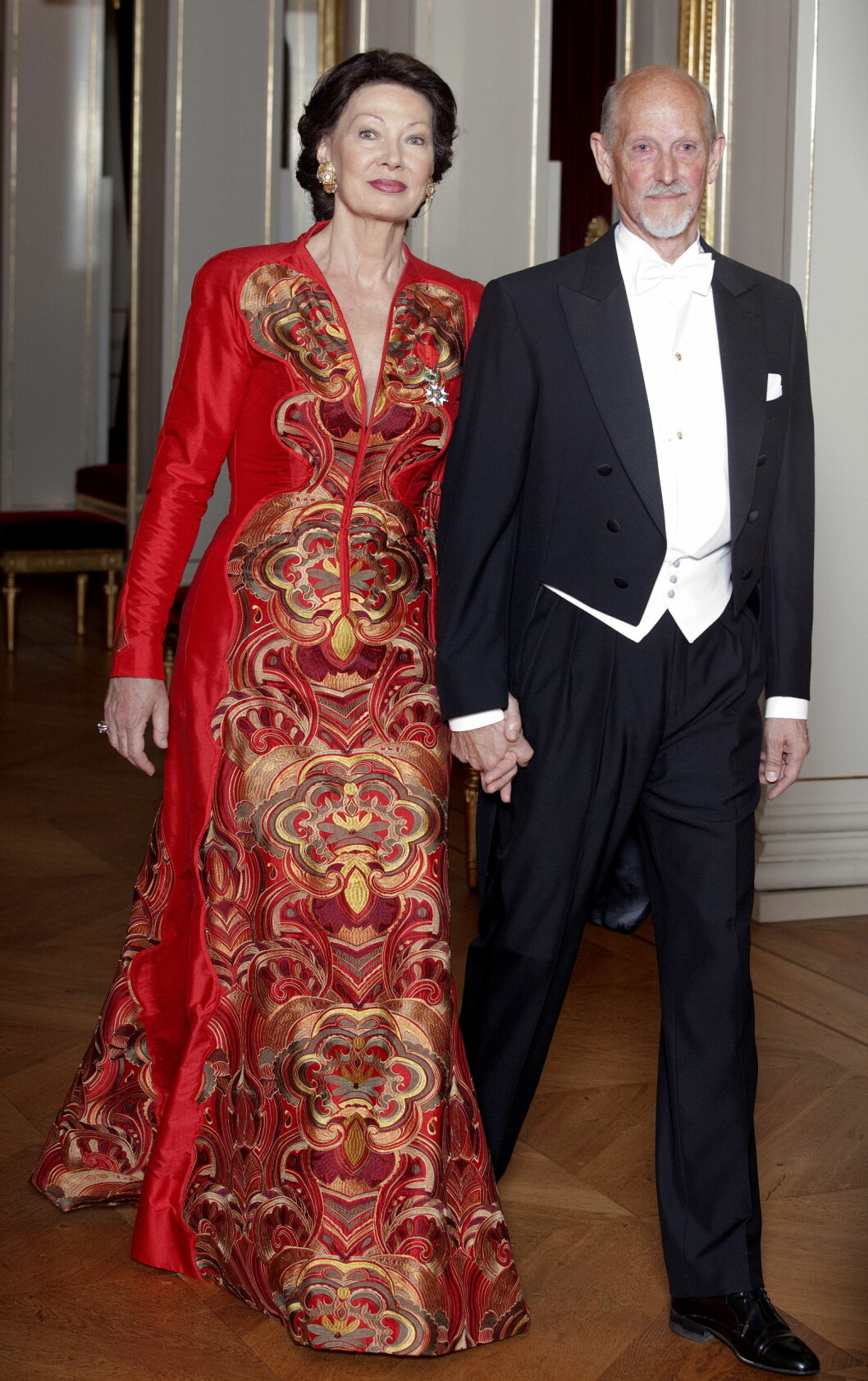 PROFILERT PAR: Flotte Åse Kleveland og Oddvar Bull Tuhus på vei til en gallamiddag på Slottet i 2011. De to har vært sentrale profiler i norsk kulturliv gjennom flere tiår.  Foto: NTB scanpix