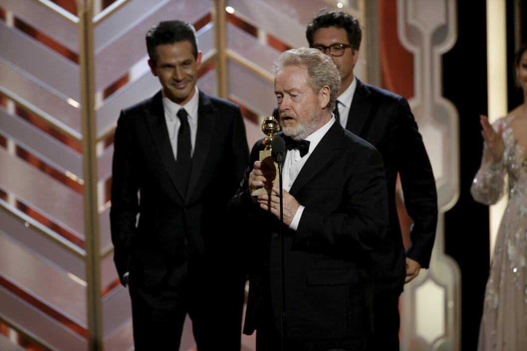 TAKKET AKSEL: Regissør Ridley Scott takket blant annet Aksel Hennie, da han mottok Golden Globe-pris for filmen «The Martian». Foto: Reuters