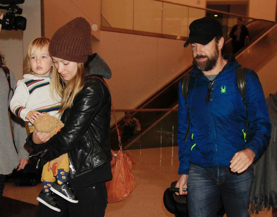 BARNEFRI: Olivia Wilde med sønnen Otis Alexander på armen, og Jason Sudeikis hakk i hæl. Foto: NTB Scanpix