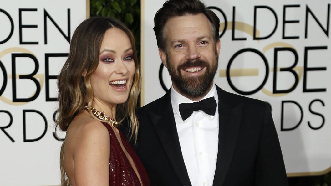 LYKKELIGE: Hollywood-stjernene Olivia Wilde og Jason Sudeikis har vært kjærester siden 2011. Her koser de seg sammen på Golden Globe Awards. Foto: NTB Scanpix