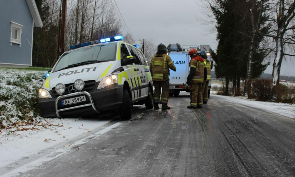 GIKK IKKE VEIEN: Politiet i Østfold kjørte på sommerdekk da snøen kom. Det viste seg å være en dårlig idé. Foto: Glenn Johanson