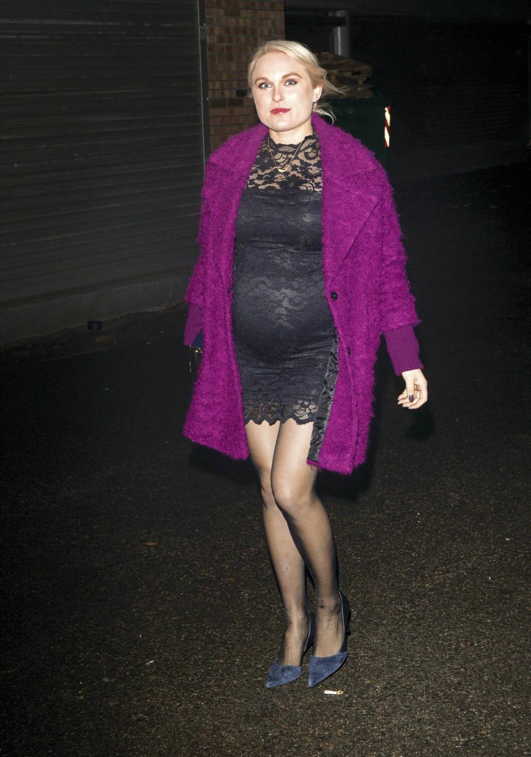 I FARTA: Eva Weel Skram fotografert på vei til overraskelsesfest for Aksel Hennie i slutten av oktober. Den gang var hun omlag syv måneder på vei.   Foto: Se og Hør