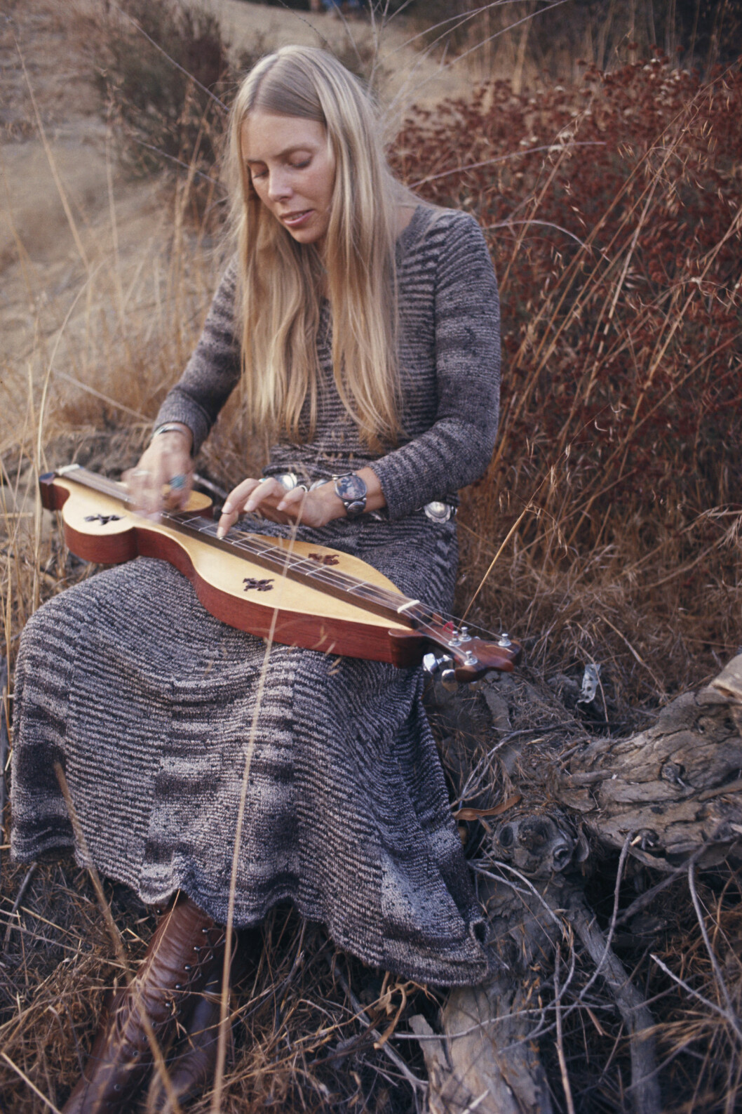 FORBILDET: Unge Hanne Krogh fikk sansen for musikken til den kanadiske folkrock-artisten Joni Mitchell og ville ikke bli popstjerne. Her er Mitchell avbildet i Los Angeles høsten 1970.   Foto: © Henry Diltz/Corbis