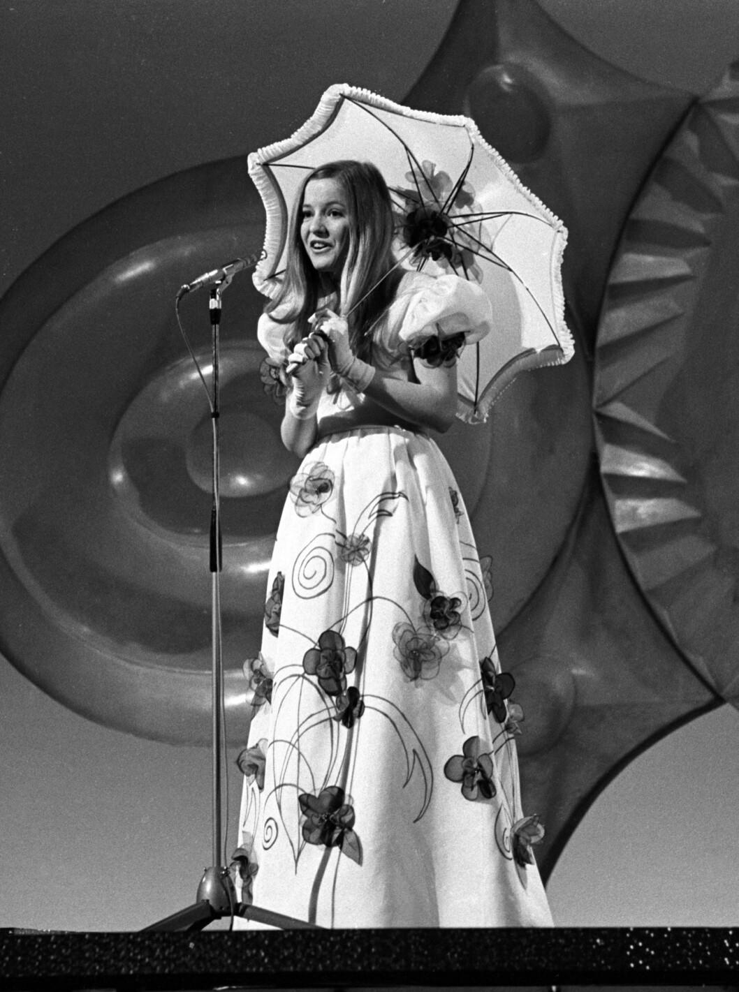 STOR OPPLEVELSE: Som 15-åring stod Hanne Krogh på scenen i Dublin og sang «Lykken er» i den internasjonale Melodi Grand Prix-finalen i 1971. Foto: NTB scanpix