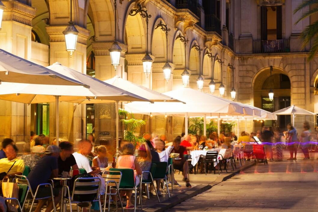 TOPP STEMNING: Det er alltid hyggelig i Barcelona. Er du heldig kan du fint spise lunsj utendørs også om vinteren.  Foto: Shutterstock / Iakov Filimonov