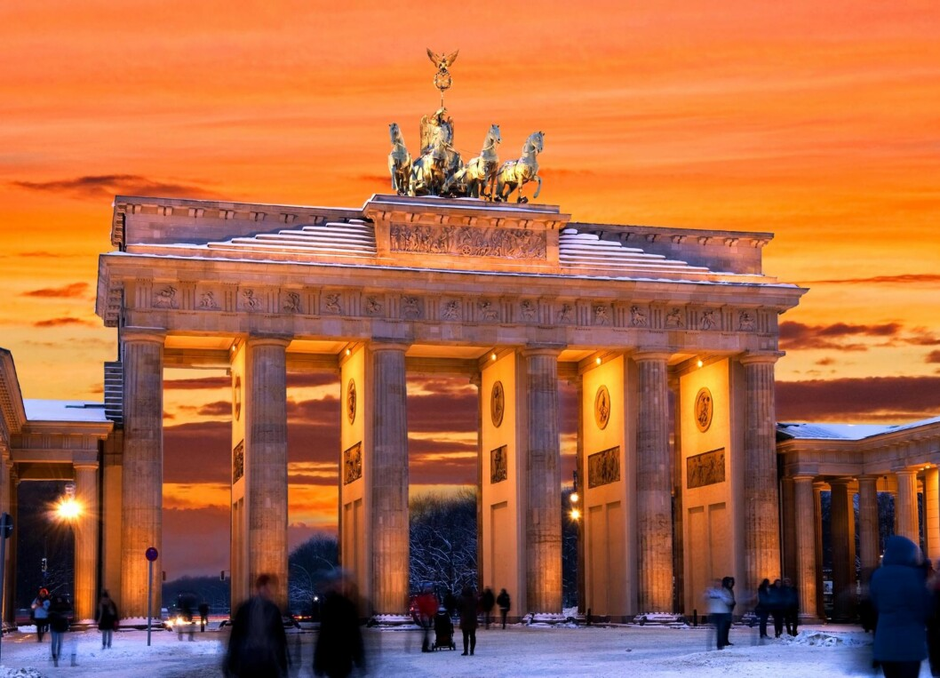 PEN HIMMEL: Når dagslyset gir slipp om vinteren, blir det ekstra pent å stå foran Brandenburger Tor i Berlin. Foto: Shutterstock / linerpics