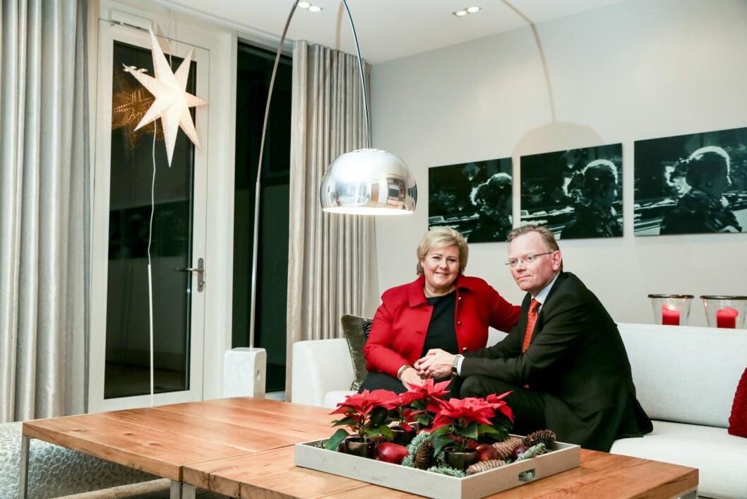 PYNTET TIL JUL I OSLO: Selv om julen feires i Bergen, pyntes også statsministerboligen i Oslo til jul. Her er Erna Solberg og Sindre Finnes fotografert der i desember 2013.  Foto: Stein J. Bjørge/ NTB Scanpix