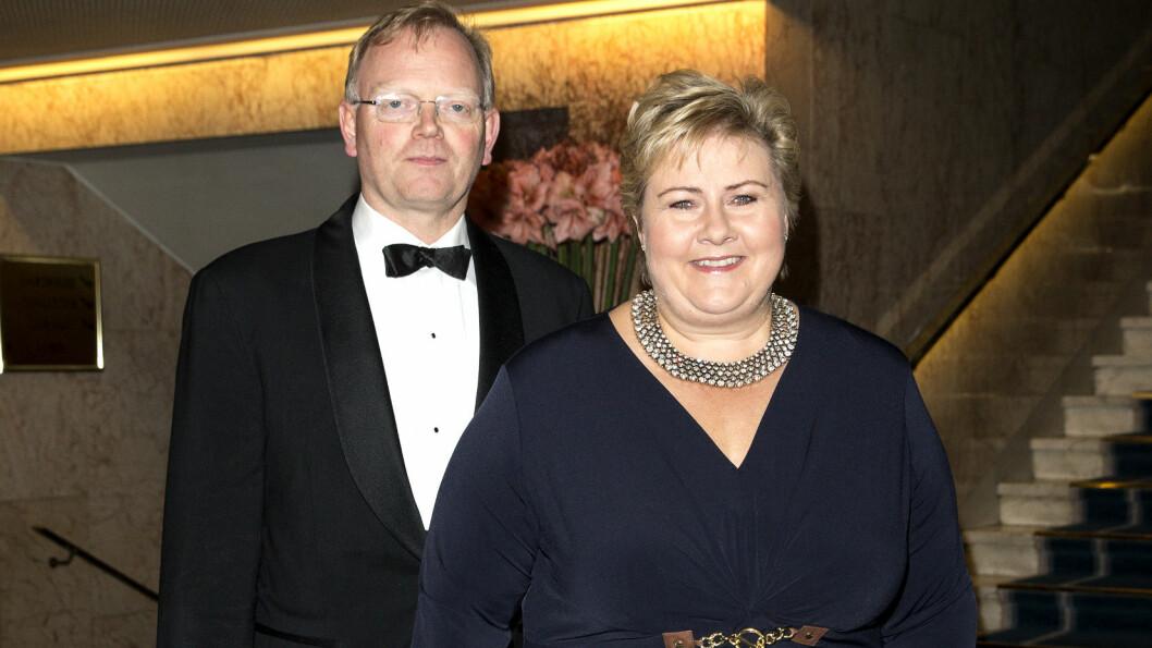 PERSONLIGE GAVER: I et intervju med VG Helg røper statsminister Erna Solberg at ektemannen Sindre Finnes alltid gir henne smykker til jul og bursdag. Her er paret, som feirer sin 20. bryllupsdag i år, på Nobelbanketten i desember 2015.  Foto: Se og Hør