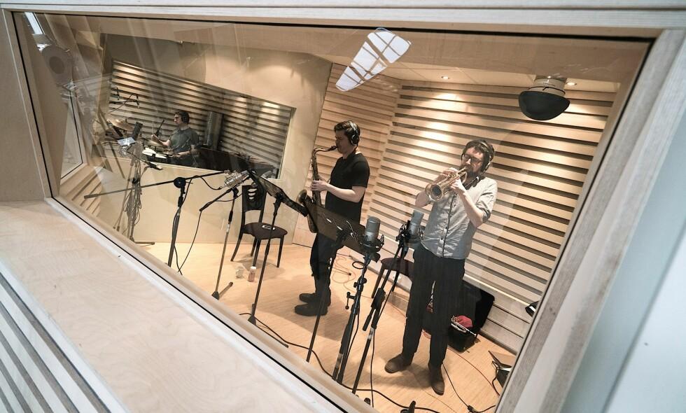 """I STUDIO: Fra venstre Anders Thorén, Seamus Blake og Hayden Powell i studio under innspillingen av """"Bridges""""."""