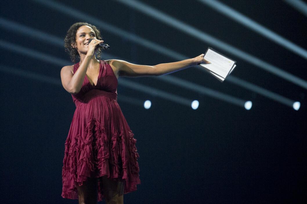 VISTE MAGEN: Haddy N´jie er en rutinert programleder. Før Nobelkonserten 2015 i Telenor Arena i midten av desember stod hun på scenen og strålte, med en synlig babymage. Foto: NTB scanpix