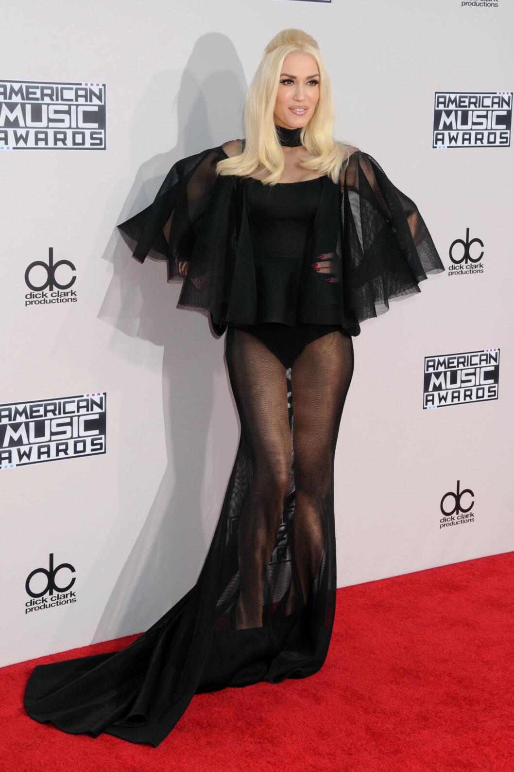 <strong>MOTEIKON:</strong> Gwen Stefani havner som oftest på listen over de best kledde kjendisene, men bommet helt under American Music Awards i november. Blondinen valgte en gjennomsiktig havfruekjole, med et tyll-slør over overkroppen. - Det ser ut som om hun har tatt på seg en body og viklet seg inn i sort stoff, skrev avisen The Mirror som sammenlignet artisten med en flaggermus.  Foto: SipaUSA