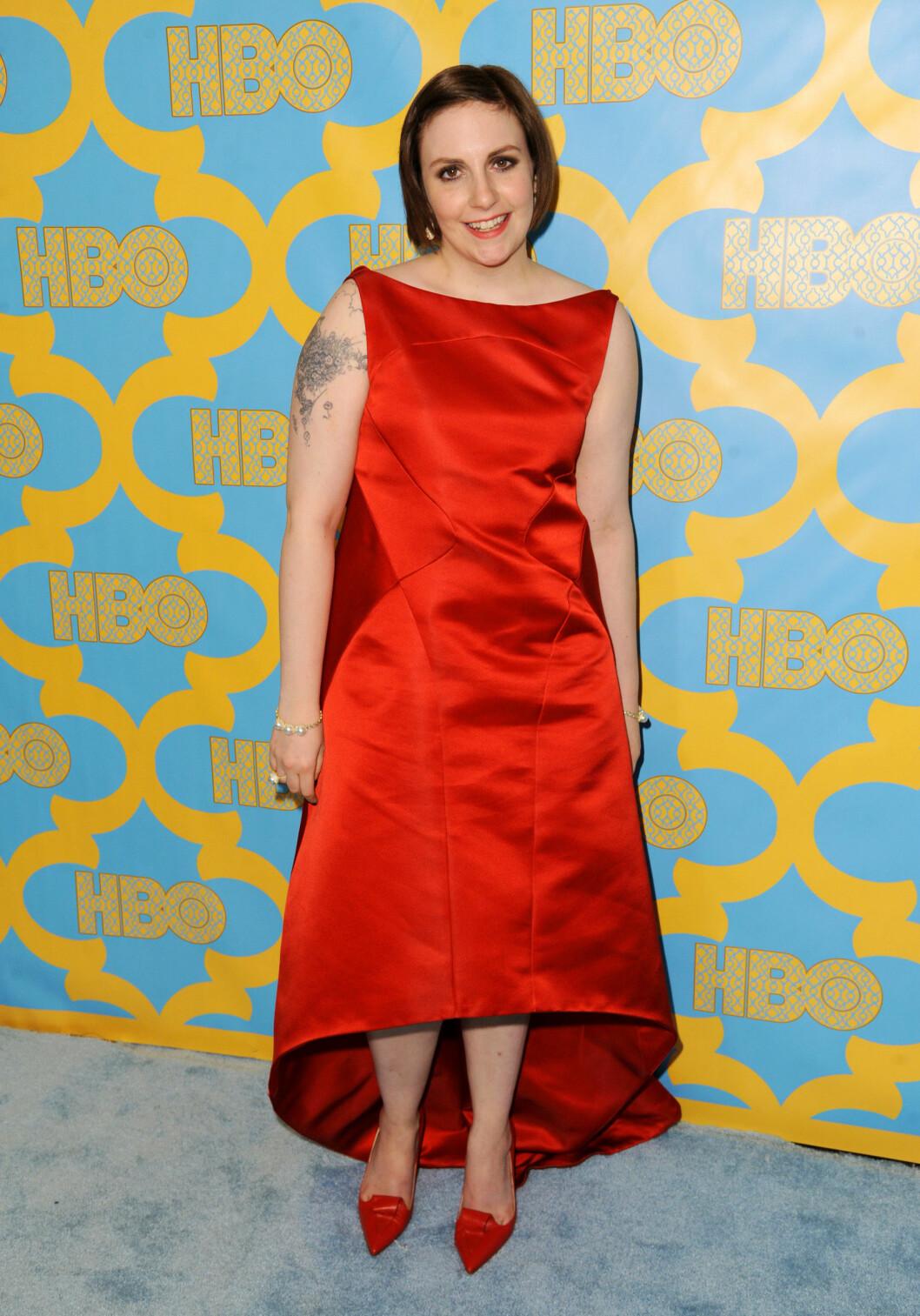 <strong>UFLATERENDE:</strong> Lena Dunham så ekstremt ukomfortabel ut da hun ankom Golden Globes i januar i en rød satengkjole fra Zac Posen. Kjolen var mer pyntet i stilen enn «Girls»-skaperen vanligvis liker. - Kjolen var uflaterende på hennes flotte figur. Kjolen har form som en eske og stjernen druknet i designet, skriver magasinet OK.  Foto: Ap