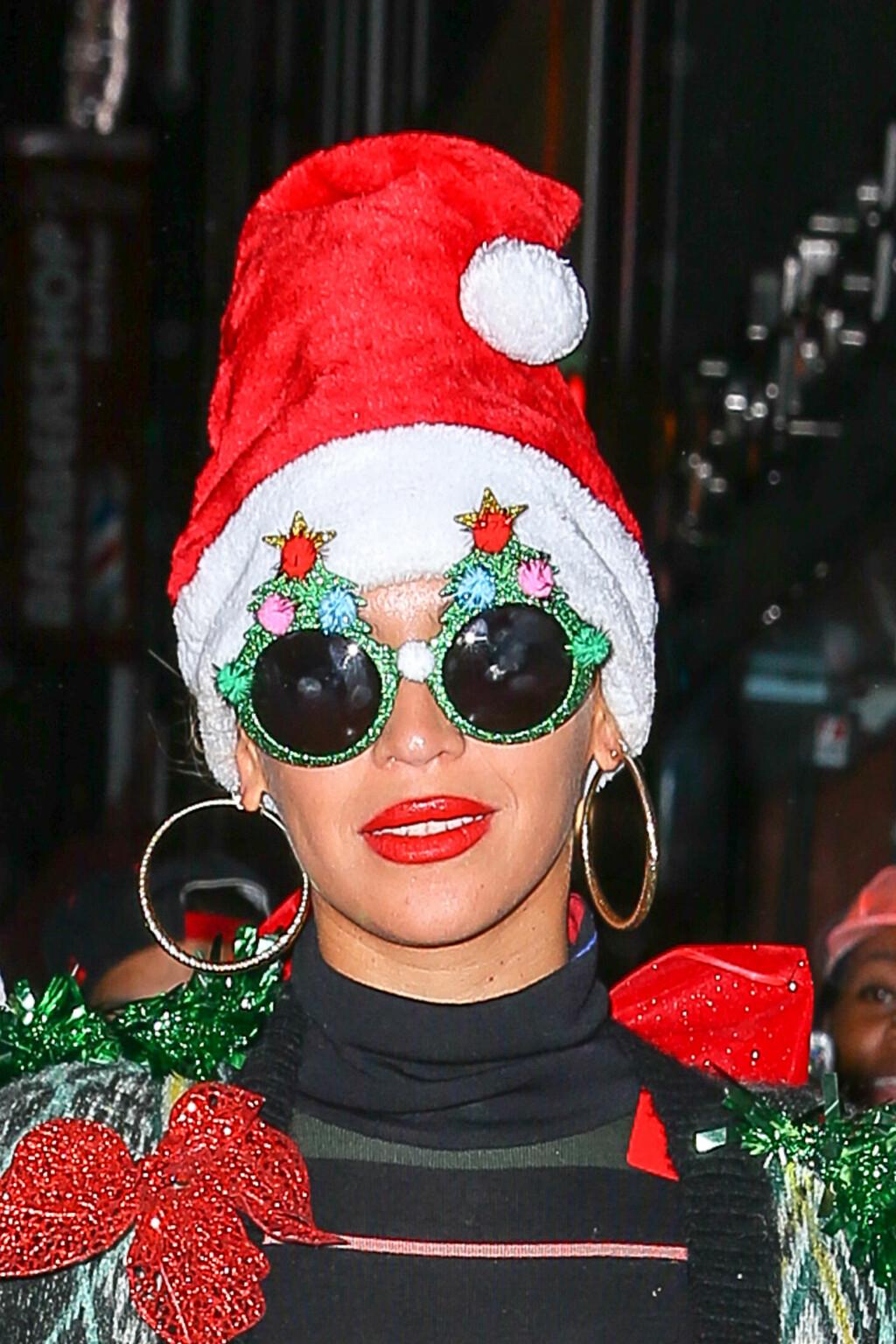 JULESTIL: Beyoncé tok julefesten helt ut med juletrebriller og julenisselue.  Foto: Splash News