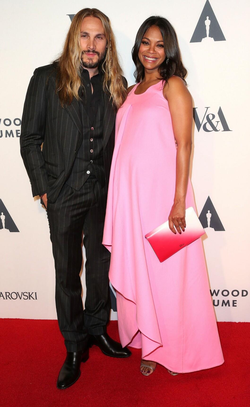 VISTE BABYMAGEN: I oktober i fjor dukket en høygravid Saldana opp på et event i Hollywood sammen med sin italienske ektemann. Foto: NTB Scanpix