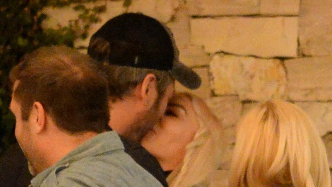 """HETE FØLELSER: Her blir """"The Voice""""-dommerne Gwen Stefani og Blake Shelton avslørt mens de kysser hverandre utenfor en restaurant i California.  Foto: Scanpix"""
