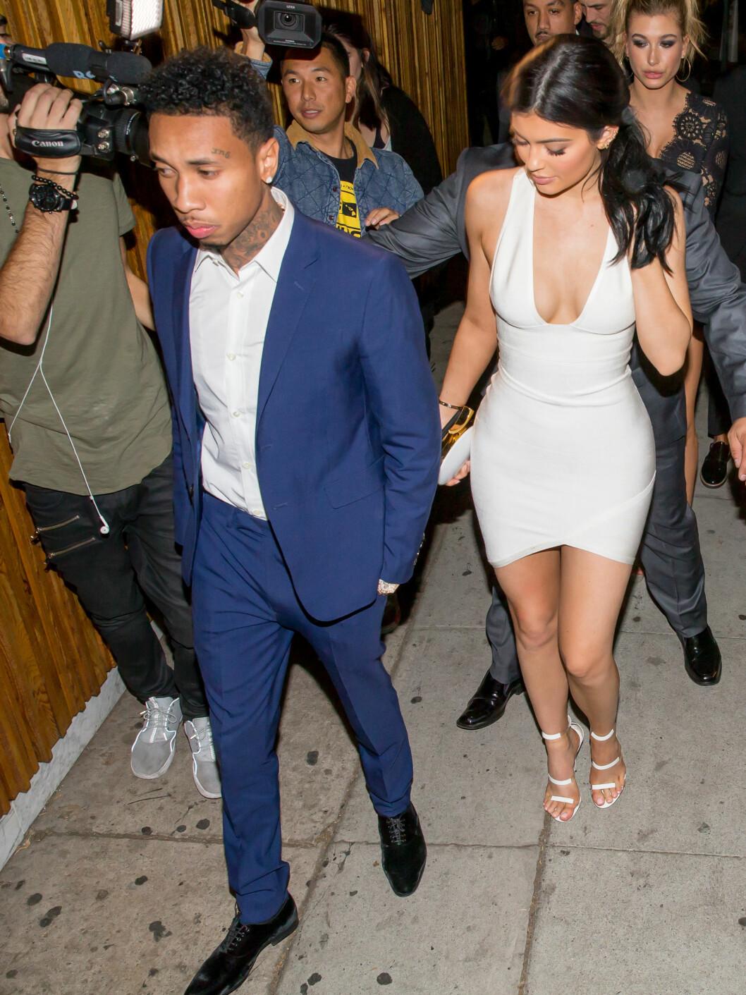 KJENDISVENNER: Kourtney Kardashians halvsøster Kylie Jenner (t.h) og hennes kjæreste Tyga var også til stede på Justin Biebers American Music Awards-fest på Nice Guy i L.A. Foto: Splash News