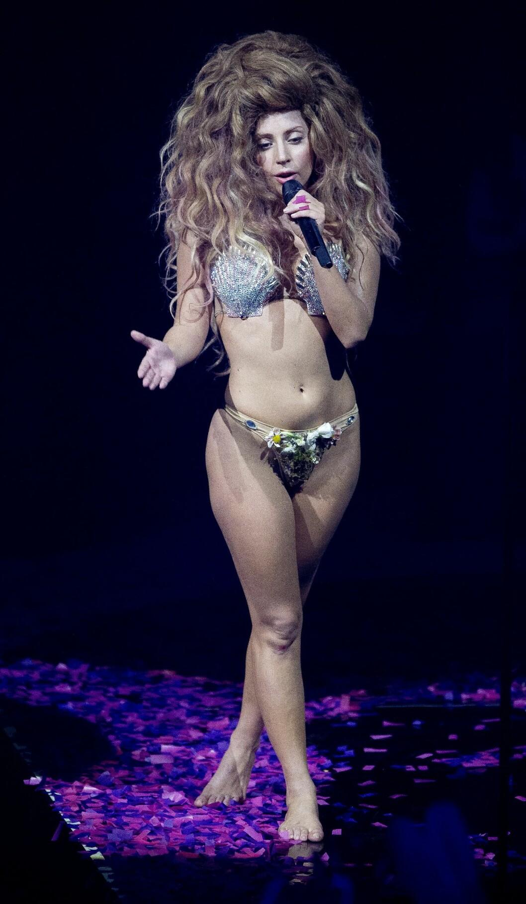 I UNDERTØYET: Lady Gaga er kjent for sine dristige sceneantrekk, og trodde lenge hun selv var skyld i voldtekten på gunn av måten hun kler seg. Her i London i 2013.  Foto: NTB Scanpix