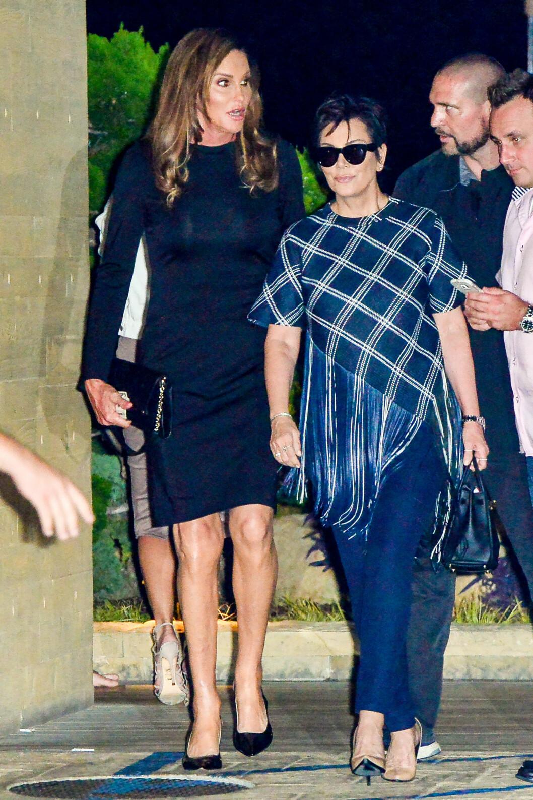 DEN FAKTISKE FEIRINGEN: 7. august møtte Kris Jenner eksen Bruce som kvinne for første gang under datterens Kylies bursdagsmiddag. Samtalen der Kris inviterer Caitlyn til festen ble spilt inn to måneder senere i september.  Foto: Splash News