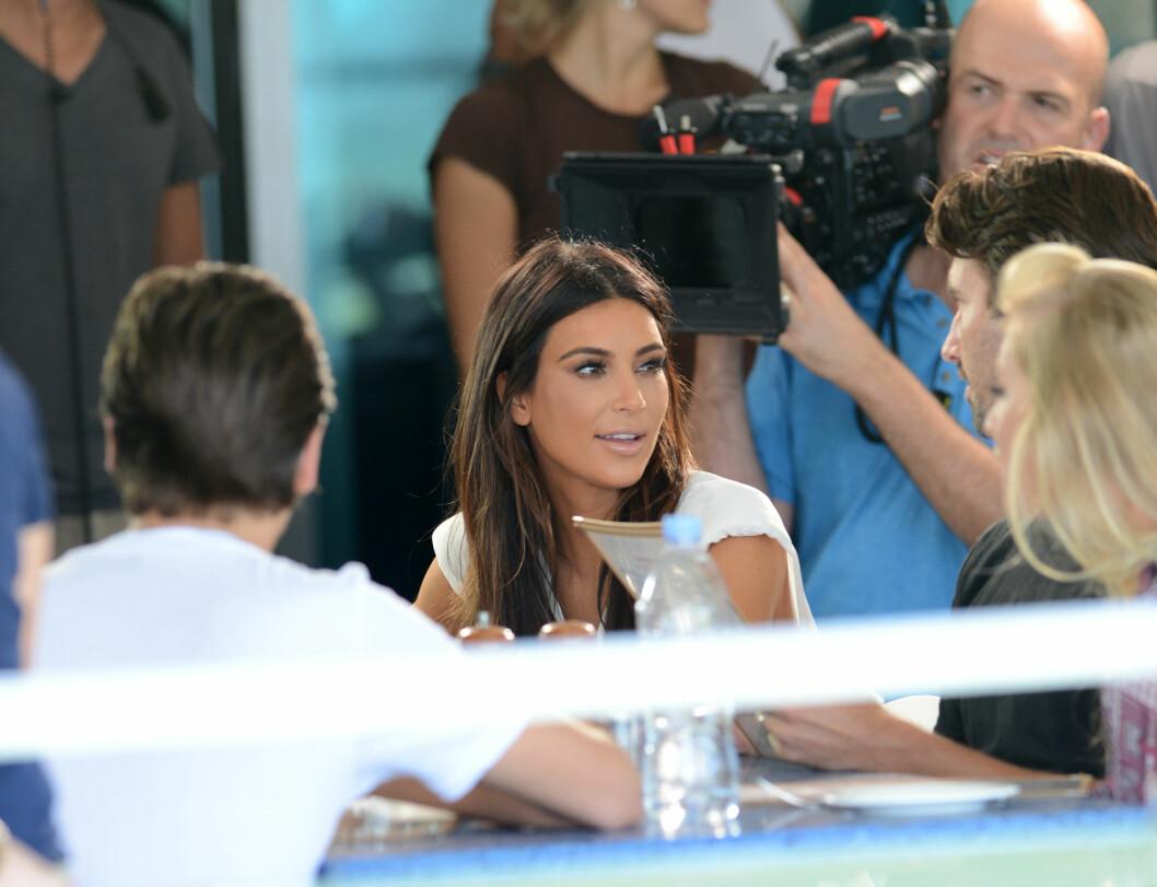 KAMERA PÅ SLEP: Kardashian-familien er vant til å ha med kameraene hvor enn de går. Her filmer de at Kim spiser lunsj i 2012.