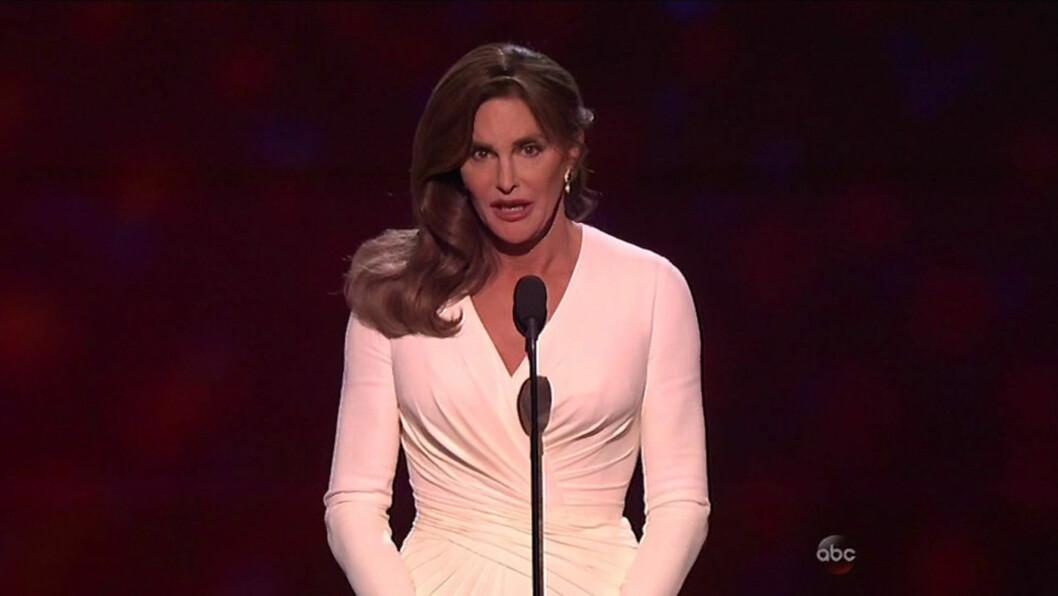 HEDERSPRIS: Caitlin Jenner ble hedret med pris under ESPY Awards i juli. I familiens show kommer det frem at flere av søstrene er nervøse før prisutdelingen, men samtalen skal være spilt inn to uker etter prisutdelingen fant sted.  Foto: Xposure