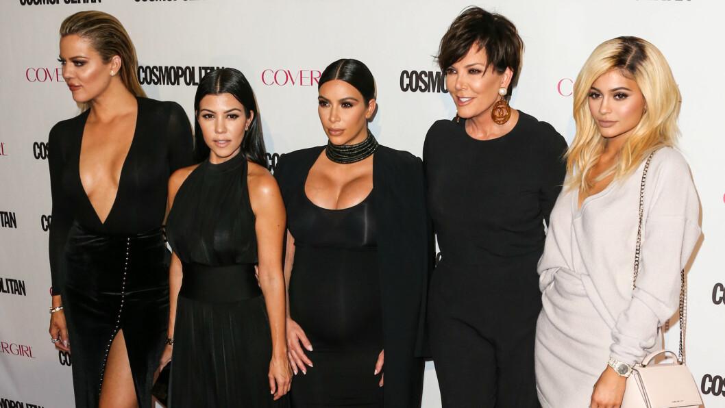 AVSLØRT: Kardashian-familien skal ifølge flere observante kilder spille inn scener når det passer dem. Gjerne flere uker etter det de snakker om har funnet sted. Her er Khloe, Kourtney, Kim, Kris og Kylie fotografert under Cosmopolitans jubileumsfest i oktober.  Foto: Splash News