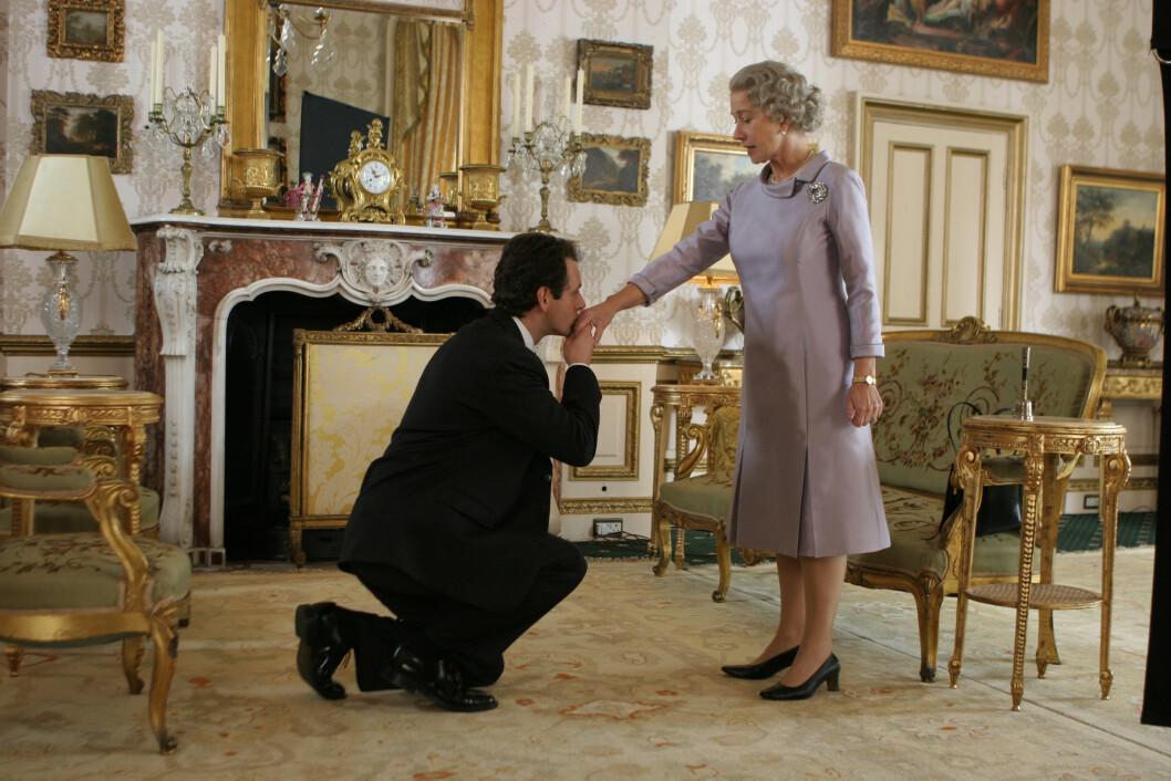 <strong>OSCAR-BELØNT:</strong> Helen Mirren hanket inn en Oscar for hovedrollen i «The Queen» (2006). Her er hun i en scene med Michael Sheen, som spilte statsminister Tony Blair.  Foto: Pathe International/Sandrew Metronome Norge