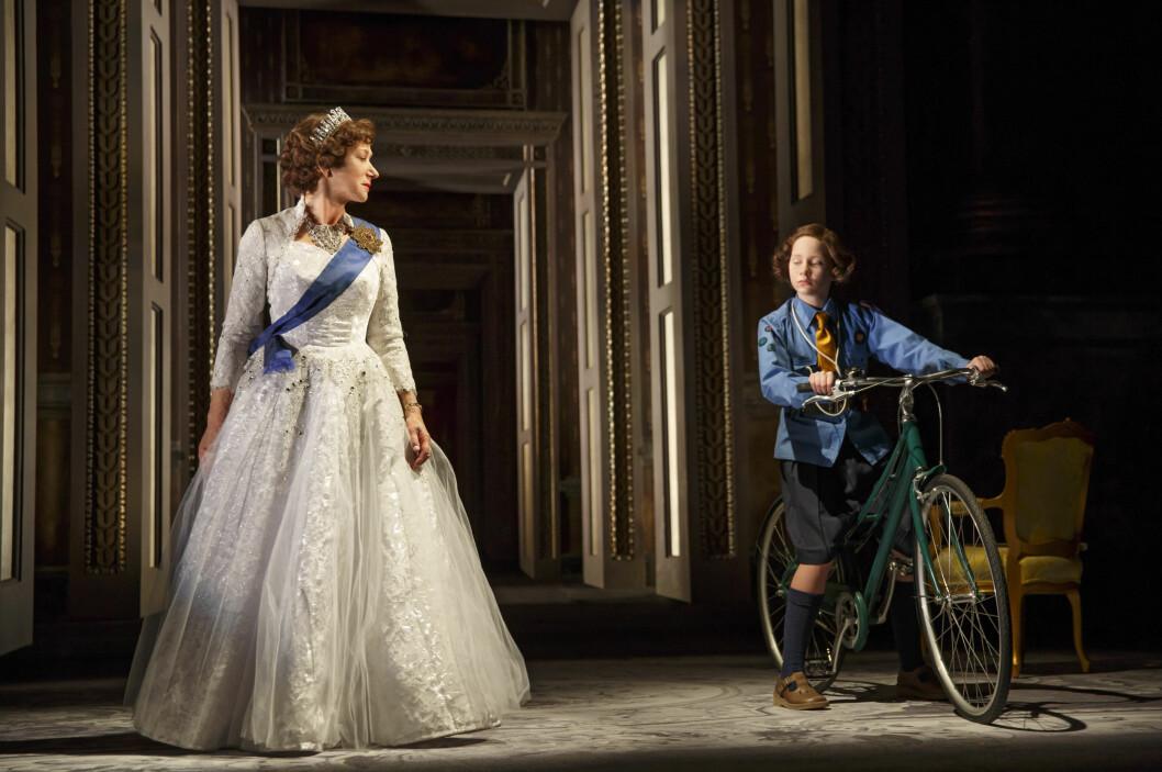 <strong>VANT PRIS:</strong> Helen Mirrens rolle i «The Audinence» sikret henne en Tony Award sommeren 2015. Her er hun i en scene fra stykket sammen med Elizabeth Teeter (t.h).  Foto: Boneau/Bryan-Brown/ Ap
