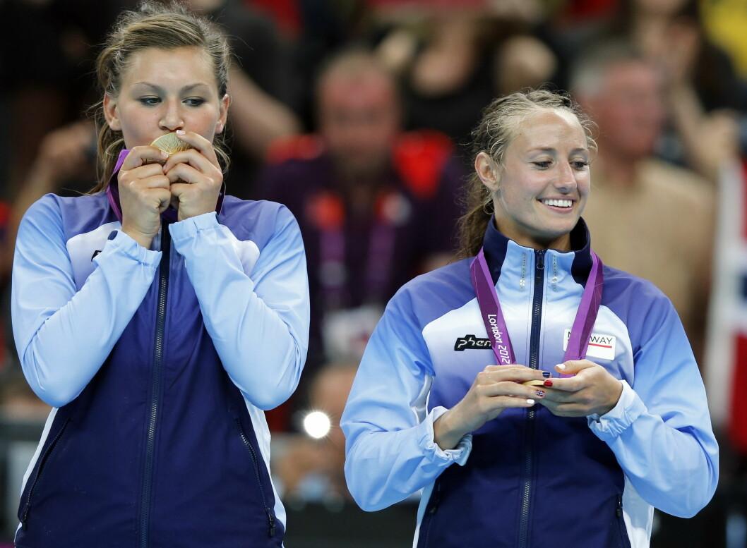 HØYDEPUNKT: Amanda Kurtovic og Camilla Herrem under medaljeseremonien i London-OL sommeren 2012. Kort tid senere ble Kurtovic rammet av en alvorlig skulderskade. Foto: TT SPORT