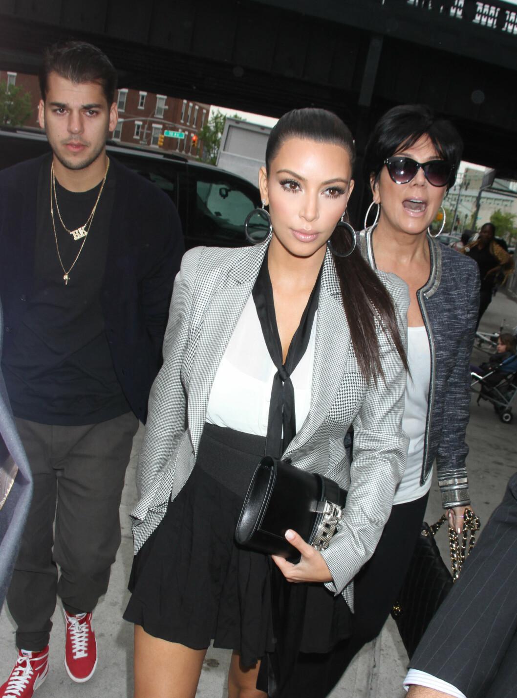 IKKE TILSTEDE: Robert Kardashian lever skjult fra omverdenen. Her er han avbildet med søsteren Kim og moren Kris i 2012.  Foto: © infusny-05/42/INFphoto.com/Corbis