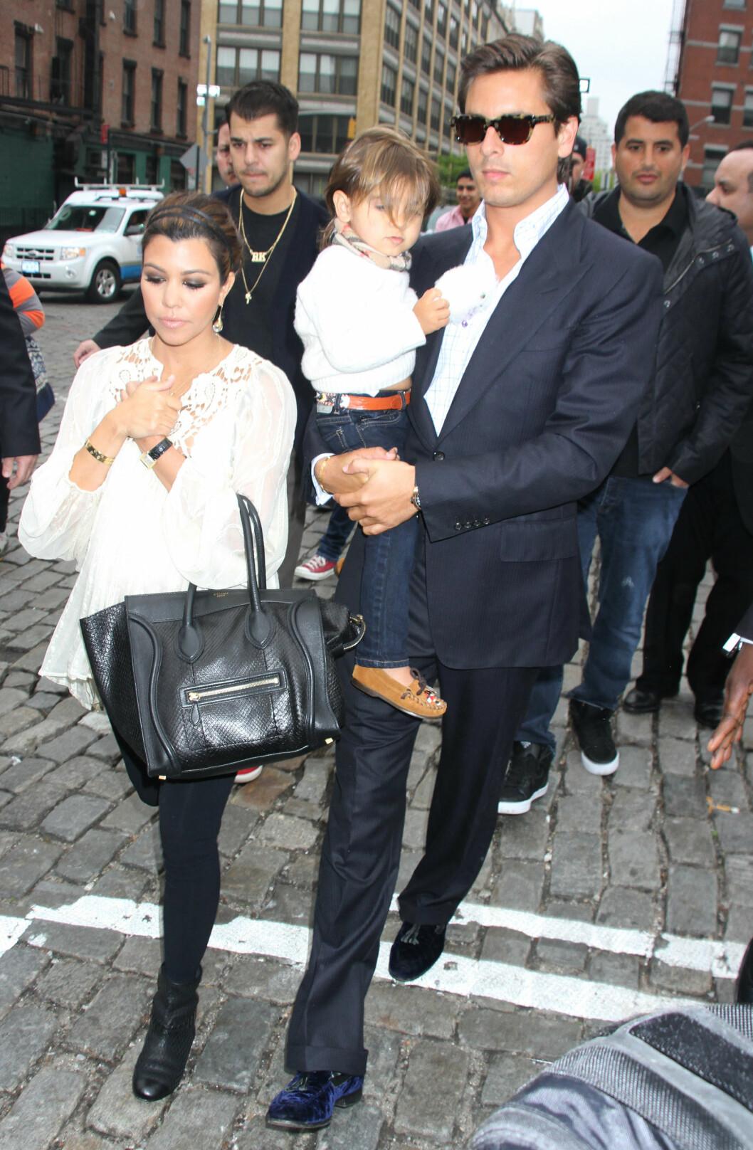 BRUDD: Kourtney Kardashian og Scott Disick gikk fra hverandre i sommer. Her er de avbildet med sønnen Mason i 2012.  Foto: © infusny-05/42/INFphoto.com/Corbis