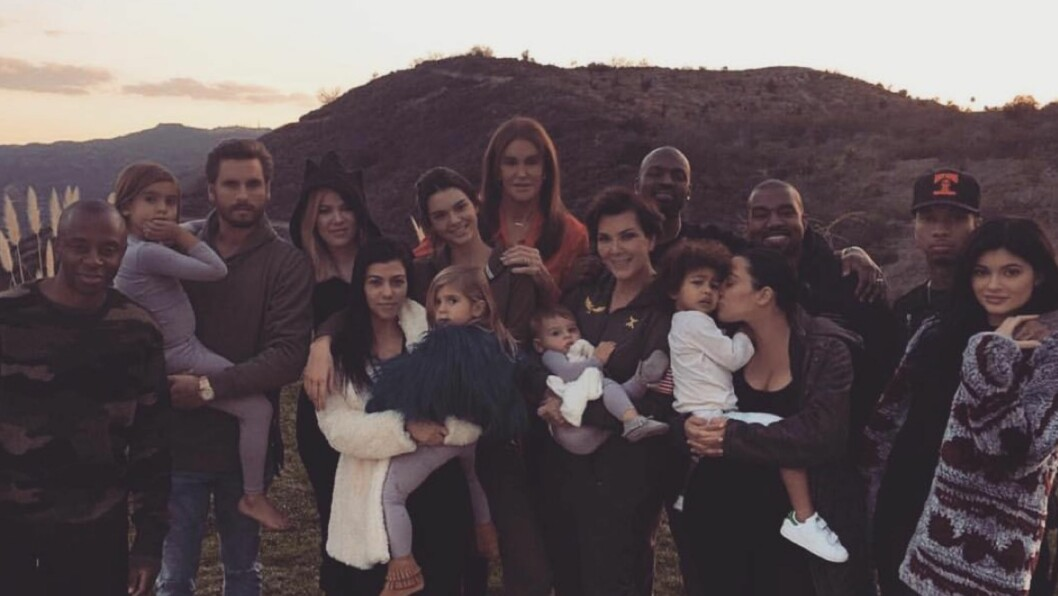 FEIRET SAMMEN: De fleste i Kardashian-klanen var samlet da de feiret thanksgiving sammen. Mens Robert Kardashian glimret med sitt fravær var Caitlyn Jenner en overraskende gjest.  Foto: Kim Kardashian West/Instagram
