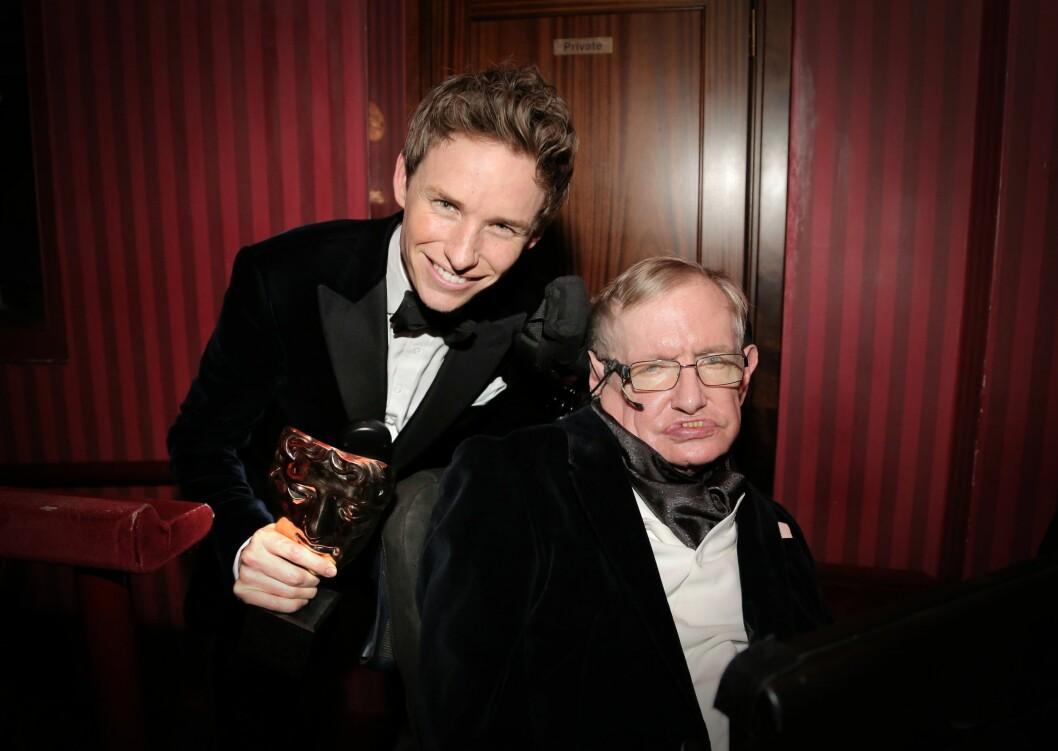 STORE ROLLER: I våres vant Redmayne flere prestisjetunge priser for hovedrollen i «The Theory of Everything», der han spilte Stephen Hawking som han her poserer sammen med. Foto: All Over Press