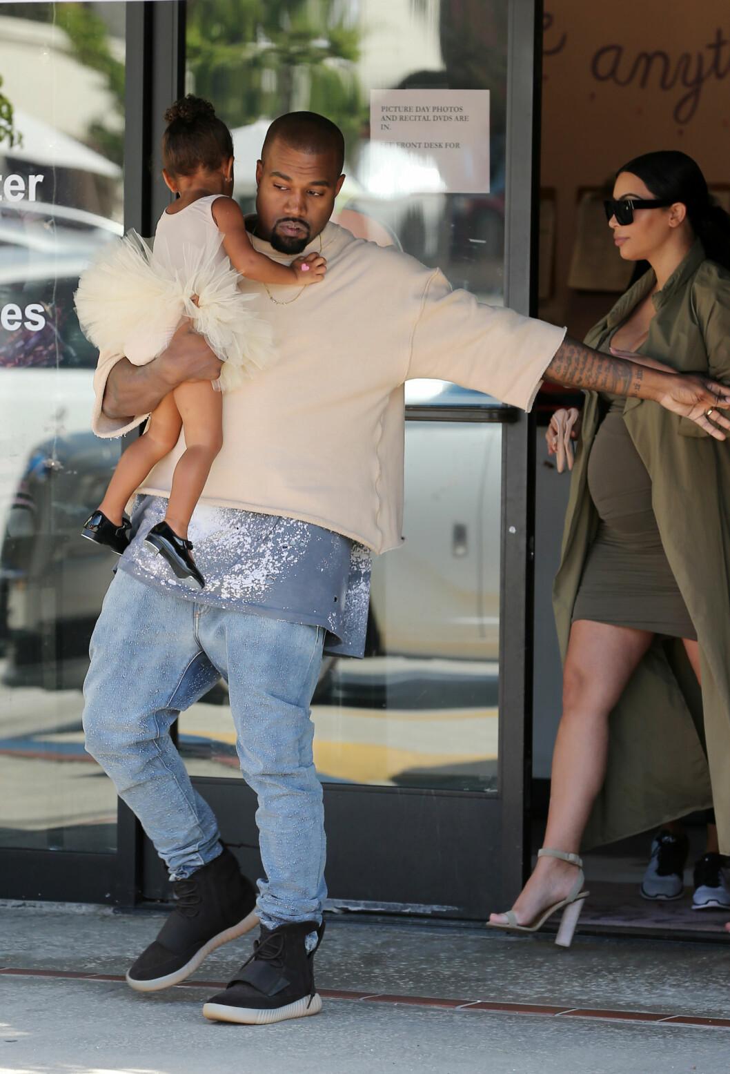 BLIR FIRE: I desember venter Kim og Kanye en sønn. Her er de på ballett sammen med eldstedatteren North tidligere i høst. Foto: Splash News