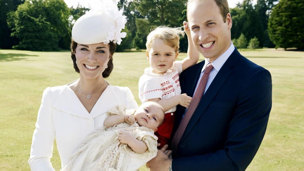 TAKKNEMLIG: Hertuginne Kate med lille prinsesse Charlotte i armene, og prins William med deres førstefødte barn, prins George. Begge de to barna ble født ved St. Mary´s Hospital i London, og nå ønsker Kate å hjelpe sykehuset med å samle inn penger til forbedringer.  Foto: Ap